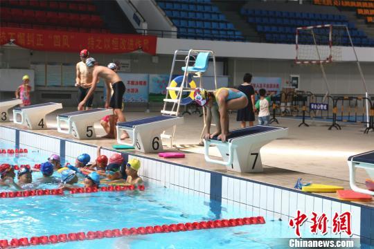广西柳州市游泳馆内,不少孩子报名学习游泳兴趣班。 林馨 摄