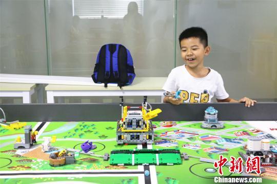 正值暑期的广西柳州市学生参加机器人班,动手制作机器人。 林馨 摄