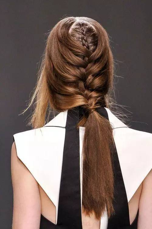 在马尾上编个辫子,将头发缠绕个几圈做个小花样或是像挽发式的柔美