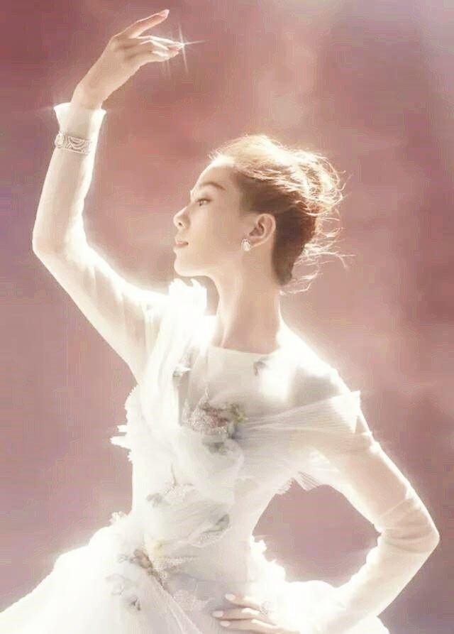 各女星芭蕾造型:刘亦菲变胖天鹅,刘诗诗惊艳,蒋欣是来搞笑的吗