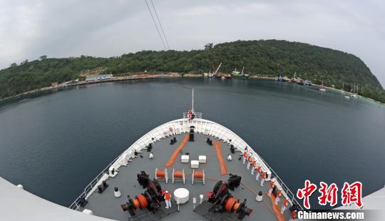 中国海军和平方舟医院船缓缓驶抵瓦努阿图首都维拉港。 江山 摄