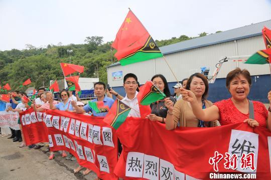 和平方舟抵达瓦努阿图维拉港,华人华侨挥动中瓦两国国旗在码头欢迎。 史奎吉 摄