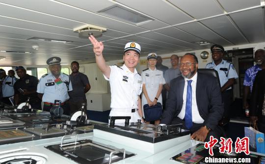 瓦努阿图总理萨尔瓦伊参观中国海军和平方舟医院船。 江山 摄