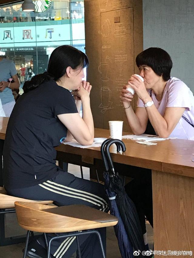 姐妹情深!中国女排两大佬边喝咖啡边热聊,她永远是郎平最信任的人