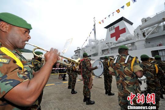 瓦方举行隆重仪式,欢迎中国海军和平方舟医院船再次到访。 江山 摄