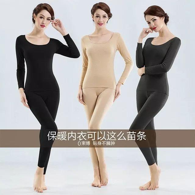 身穿oversized黑色西装搭配不规则剪裁的皮裙和踝