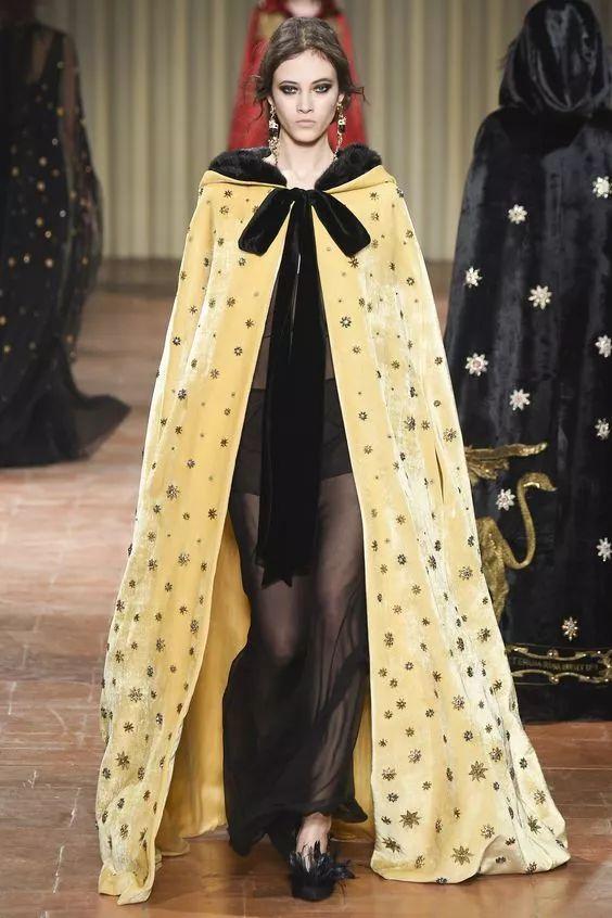 fall 2018 couture 比起以往大幅度流行的丝绒套装, 今年的丝绒款式更图片
