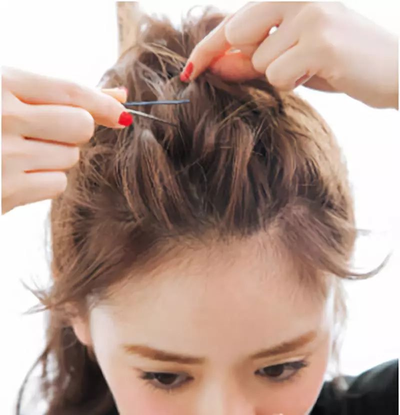 step1:树立好刘海之后,将头顶的头发取出在头顶扎一个高马尾.