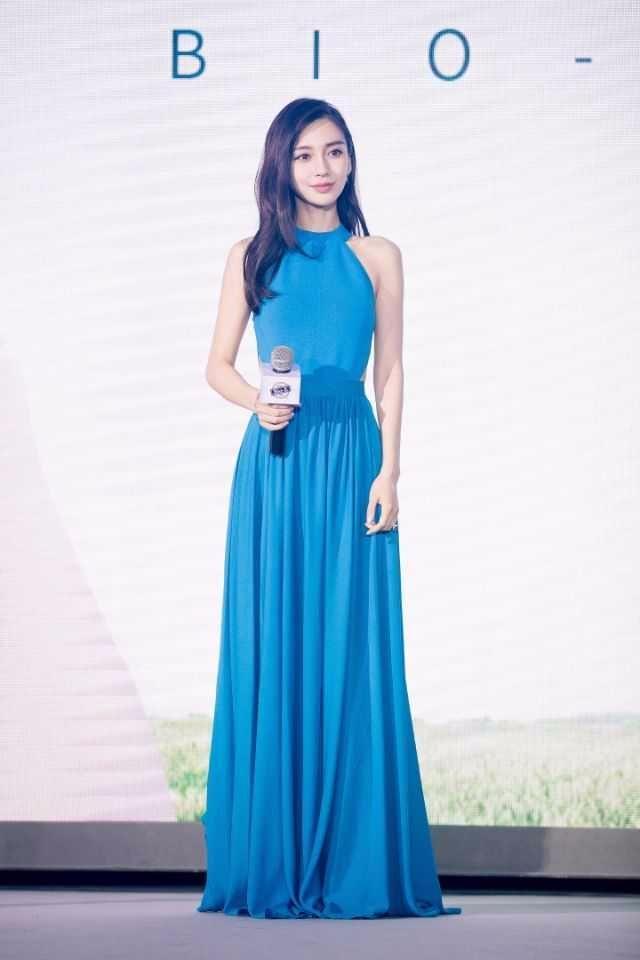 杨颖穿蓝色开叉长裙还内搭短裤,网友:黄教主