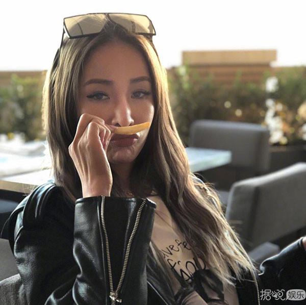 通常,我们说到萧亚轩的多段恋情,都会形容她是小鲜肉的收割机之类的.