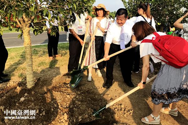 栽种共同的心愿――苏台青少年共植同根树