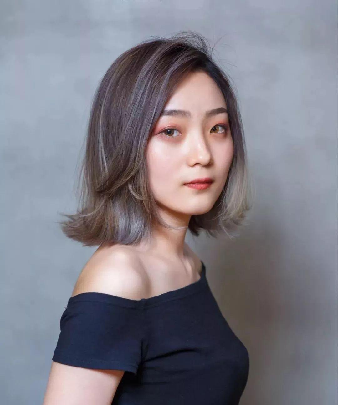 > 正文   头发外翻的韩国发型用棕色的三七偏分进行了打造,蓬松外翻的图片