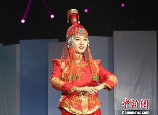 图为蒙古族服装服饰大赛现场。 莺鸽 摄