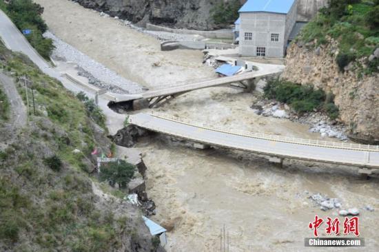 资料图:甘肃舟曲暴雨洪涝产生重大滑坡险情。李鹏飞 摄