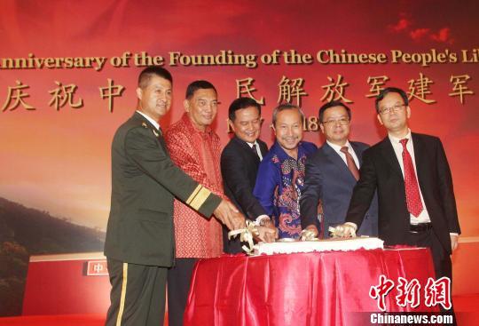 图为来宾切蛋糕庆祝中国建军节。 林永传 摄