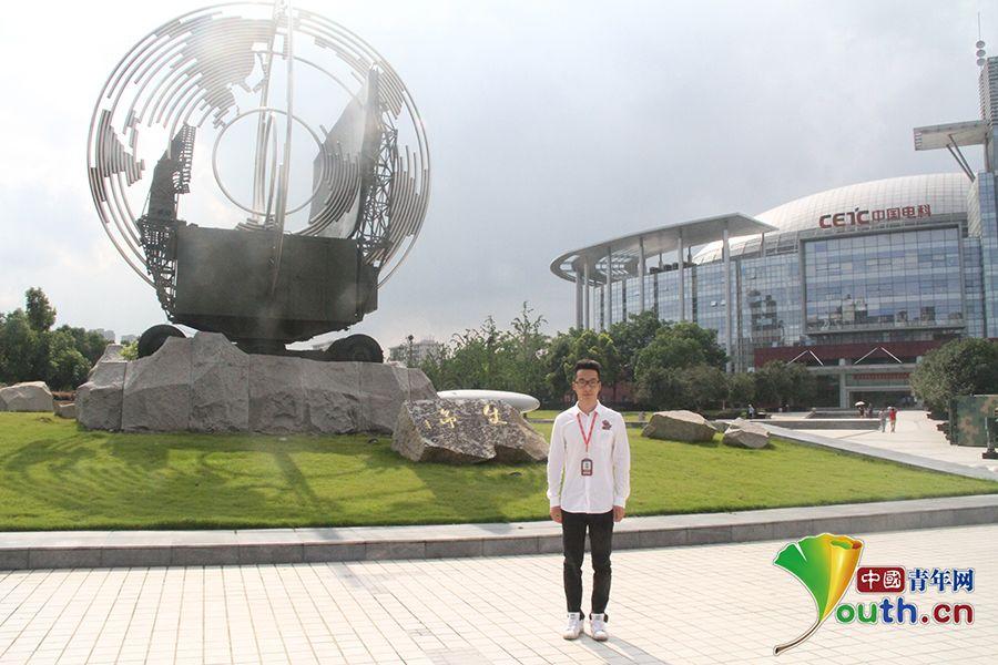 """尹玉与38所""""使命""""雕塑.中国青年网通讯员 黄安琪摄"""