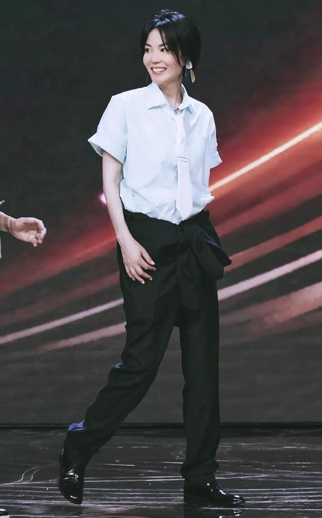 高瘦平的好处!王菲穿白衬衣黑西裤打领带,帅得能把女生掰弯