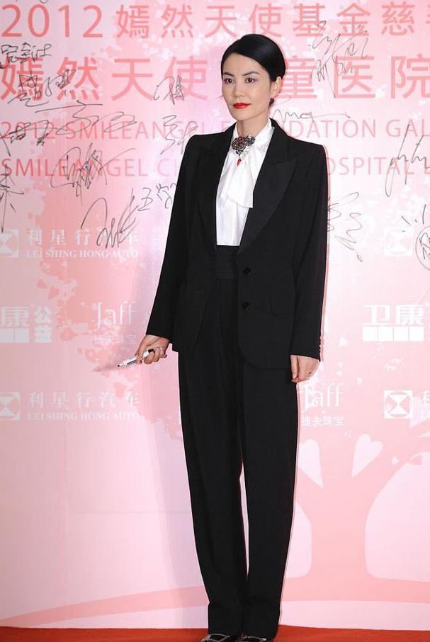 高瘦平的好处!王菲穿白女生黑西裤打领带,帅得衬衣相亲拒绝被了图片