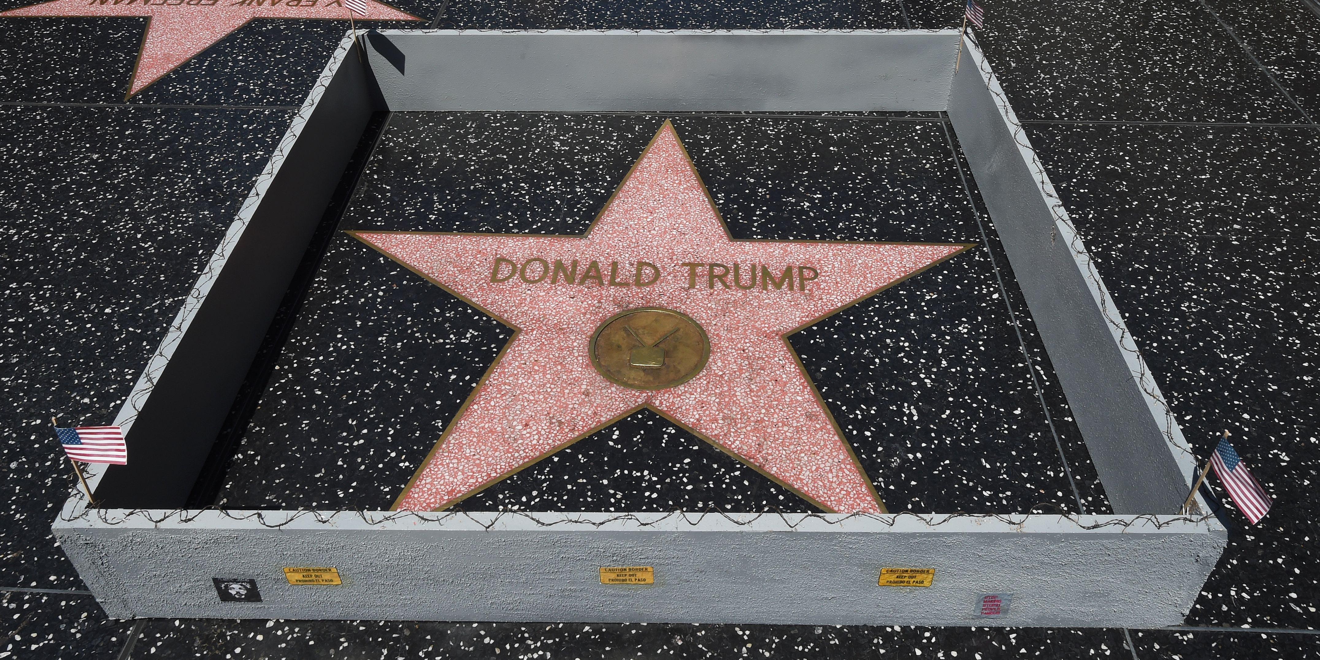 特朗普在星光大道的小星星又被砸烂了 路人花样留念