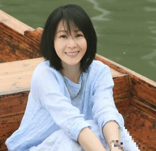 48岁刘若英身穿黑色合并接包体裤老态尽露,网友:秒成了英公60岁土父亲妈