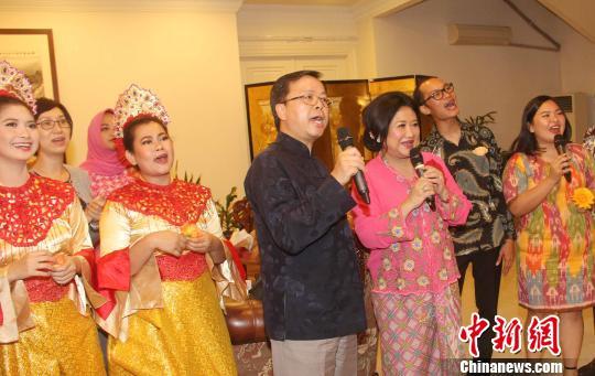图为黄溪连大使与客人合唱印尼传统歌曲《哎哟 妈妈》。 林永传 摄