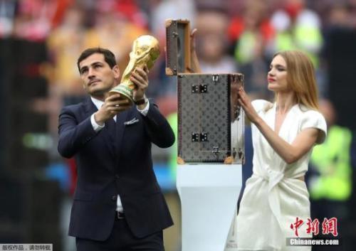 6月14日,2018俄罗斯世界杯开幕式前,皇马传奇门将卡西利亚斯手持装有大力神奖杯的箱子现身卢日尼基体育场,并展示大力神杯。