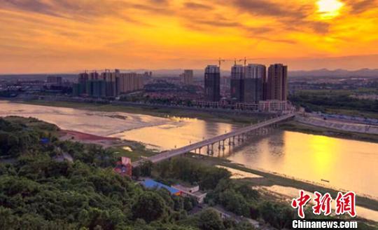 夕阳下的彭山岷江大桥。(资料图) 钟欣 摄