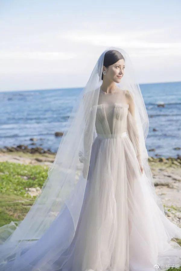 > 正文   张歆艺的婚礼很有特点哦,她选择红色的中式礼服作为婚纱图片