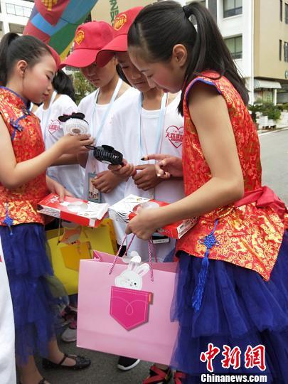 图为,武汉学生向藏族学生送礼物 徐金波 摄
