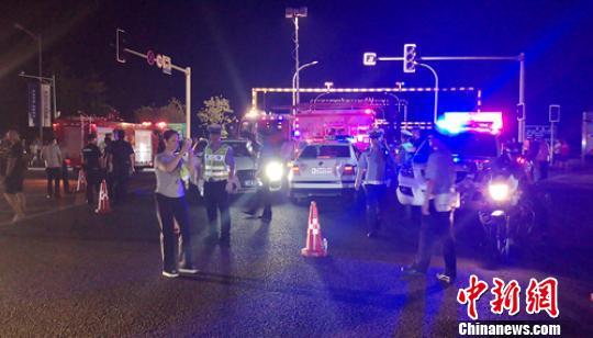 彭山岷江大桥险情发生后当地公安、交警迅速封锁了大桥。 钟欣 摄