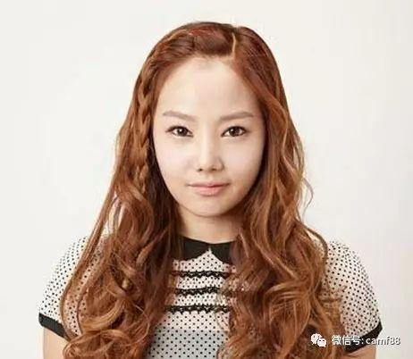 最显甜美的刘海辫子编发,清爽又显可爱,棕色的染发更能衬托出妹子白皙