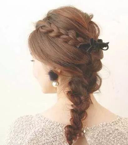 重点来了,要说精致甜美,编发部分真的很符合这一点,珍珠耳环和蝴蝶结