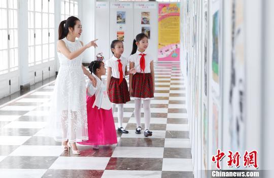 300幅绘画作品在中福会少年宫展出。 汤彦俊 摄