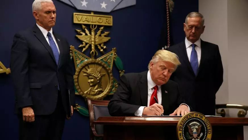 """特朗普说不当""""世界警察"""" 海外驻军为何增加?"""
