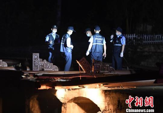 桥上公安人员进行现场勘查。 王刚摄