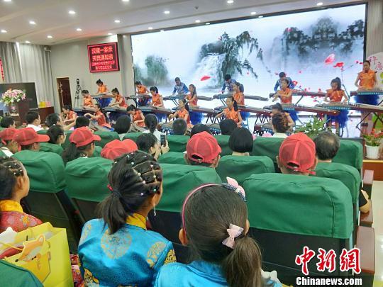 图为,汉阳学生古筝表演 徐金波 摄