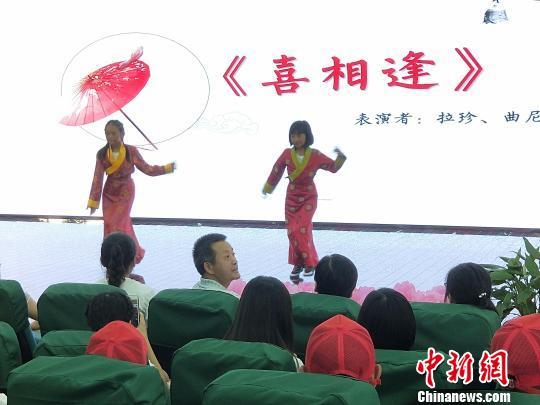 图为,藏族学生表演 徐金波 摄