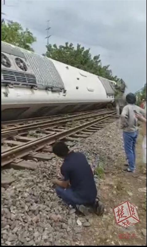 武汉地铁测试时翻车 三节车厢出轨两人受伤