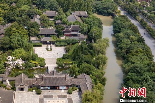 梅兰芳纪念馆三面环水,绿树成荫。 泱波 摄