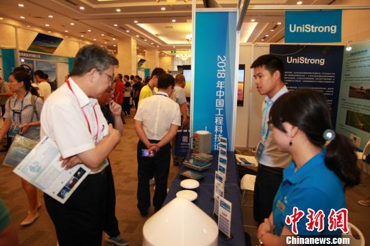 """28日至29日,以""""加强智慧农业科技创新,服务国家乡村振兴战略""""为主题的""""中国工程科技论坛―智慧农业论坛""""在北京召开。图为论坛参展代表交流研究成果。"""