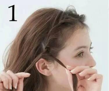 首先,中分头发,从一侧沿额角弧度向下编麻花辫.