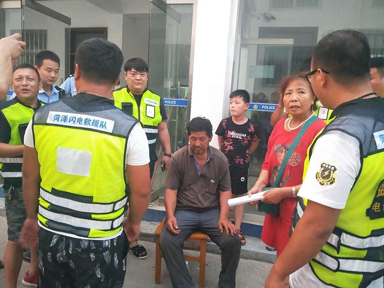 68岁东北老人在菏泽走失8天,被闪电救援队找回