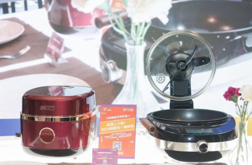 图说:科技生活节上,九阳炒菜机器人j7和珐琅铁釜饭煲联手为观众带来一桌美味的饭菜.