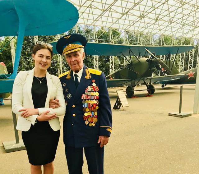 俄美女记者来华采访军事比赛,玩枪开坦克都在行,原来是将军女儿