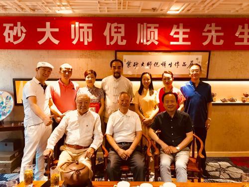 7月28日展览现场,倪顺生(前排中间)与亲友合影。受访者供图