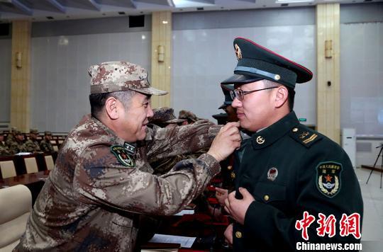 资料图:新疆军区某训练基地送别退伍老兵。罗兴仓 摄