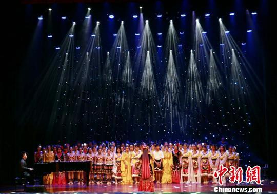 图为海外华裔青少年集体大合唱。 吴榕峰 摄