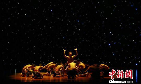 图为海外华裔青少年演绎佤族舞蹈。 吴榕峰 摄