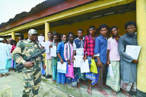 30日,印度阿萨姆邦居民在排队等待查验自己的名字是否在最新公民名单中。