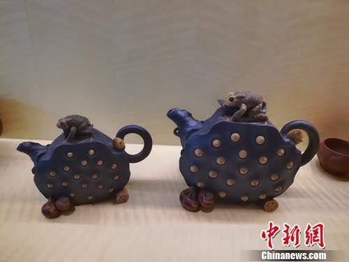 7月28日倪顺生作品展上,其传人制作的紫砂壶也一同展出,造型十分精美。上官云 摄